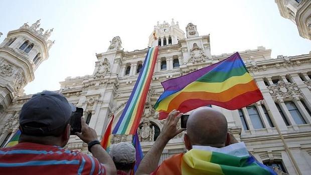 Bandera gay colgada en el Ayuntamiento de Madrid en el Orgullo 2015