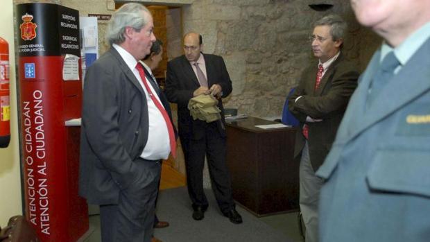 Rogelio Martínez (tercero por la izquierda) en el juzgado de Ribadavia, antes de declarar en 2009