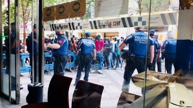Decenas de manteros se manifiestan, ayer, frente a la comisaría de Policía Municipal de Montera