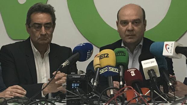 El líder autonómico de Vox, Santiago Morón (derecha), junto al portavoz municipal en Zaragoza, Julio Calvo