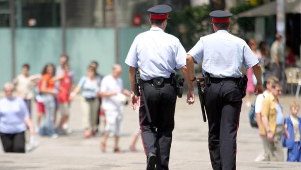 Dos agentes de la policía autonómica patruillan por el centro de Barcelona