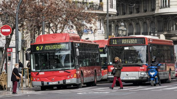 Imagen de archivo de unos autobuses urbanos en Valencia