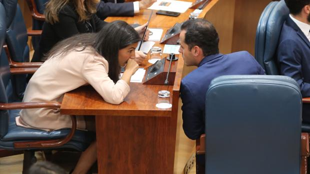 Aguado y Monasterio intercambian información durante el pleno de constitución de la Mesa de la Asamblea