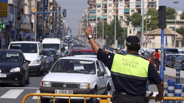 Imagen de un policía local dando indicaciones en Alicante