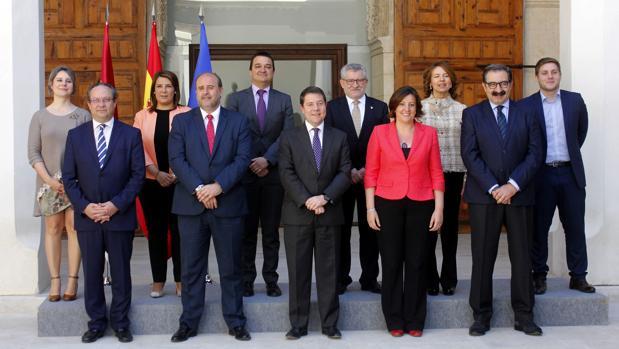 Emiliano García-Page (centro) junto a su equipo de Gobierno