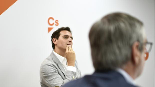 El presidente de Ciudadanos observa a su secretario general en la última reunión de la Ejecutiva