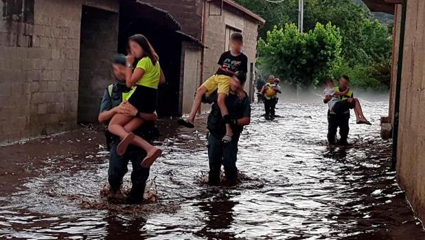 Agentes de la Guardia Civil rescantan a varias personas en el municipio de Monterrei