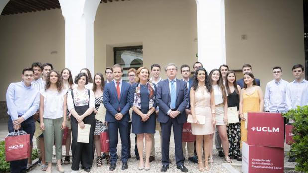 Rosa Ana Rodríguez junto a los alumnos con las mejores calificaciones en la EvAU