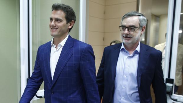 El líder de Ciudadanos, Albert Rivera, y el secretario general, José Manuel Villegas; tras comunicar a Sánchez que no se reunirá con él porque Ciudadanos va a «liderar la oposición»