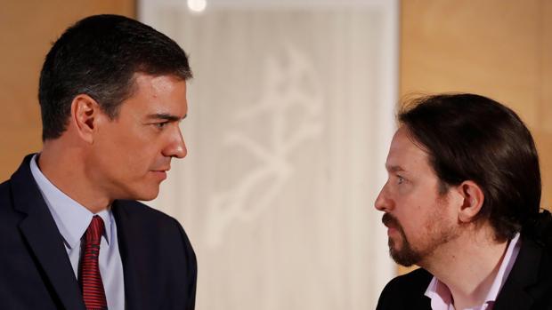 El presidente del gobierno Pedro Sánchez (i) y el líder de Podemos Pablo Iglesias, durante la nueva ronda de consultas para la investidura
