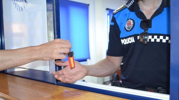Un vecino entrega las llaves de su casa a la Policía