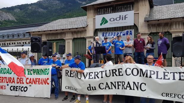Jornada reivindicativa que ha tenido lugar en Canfranc en defensa de esta línea férrea internacional