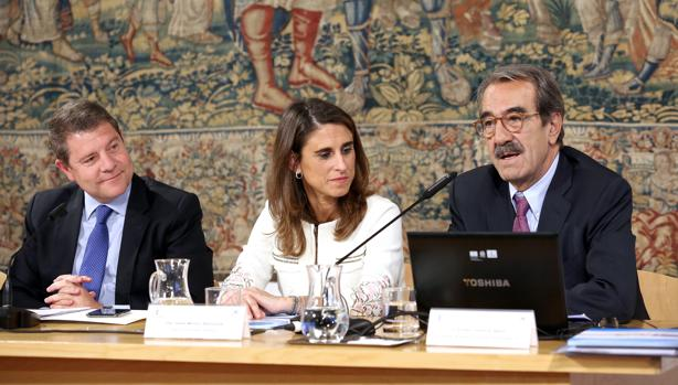 García-Page, Isabel Moreno y Emilio Ontiveros, en la presentación del informe ayer en Fuensalid