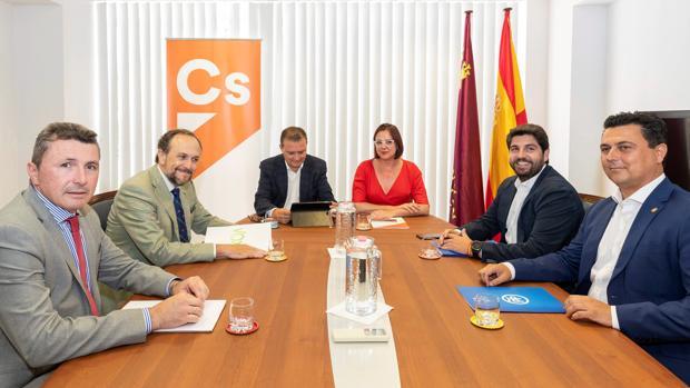 Los equipos negociadores de PP —derecha—, Cs —centro— y Vox —izquierda— durante una reunión de la semana pasada