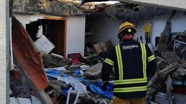 Imagen de los Bomberos de Alicante tras el derrumbe de la terraza en Mutxamel