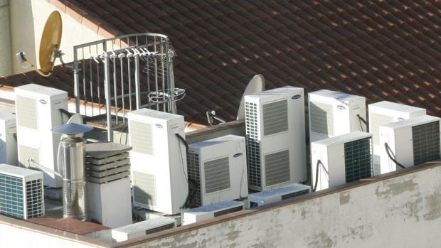Equipos de aire acondicionado en la azotea de un edificio