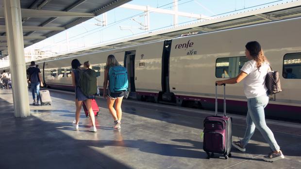 Imagen de archivo de unos pasajeros dirigiéndose al tren