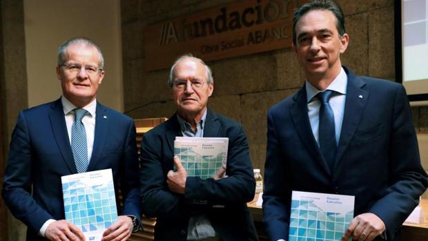 De izquierda a derecha, Veiga, Meixide y Pedro Otero, en la presentación del informe