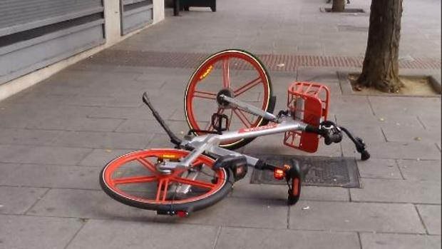 Una bicicleta de Mobike tirada en la acera obstaculizando el paso