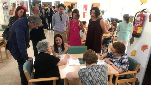Lola Moreno, consejera en funciones de Políticas Sociales y Familia, visita la Residencia Francisco de Vitoria