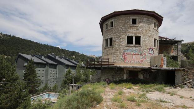 Estado de abandono del antiguo Club Alpino Español, a la entrada del Puerto de Navacerrada