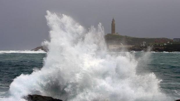 Una ola rompe contra las rocas en la zona del Millenium, en La Coruña
