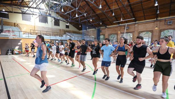 Un grupo de bailarines ensaya en el pabellón de la Fábrica de Armas de Toledo