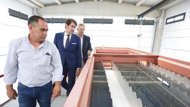 El consejero de Fomento y Medio Ambiente, Juan Carlos Suárez-Quiñones, durante su visita a las obras de abastecimiento de aguas de Soto de la Vega y sus núcleos de población