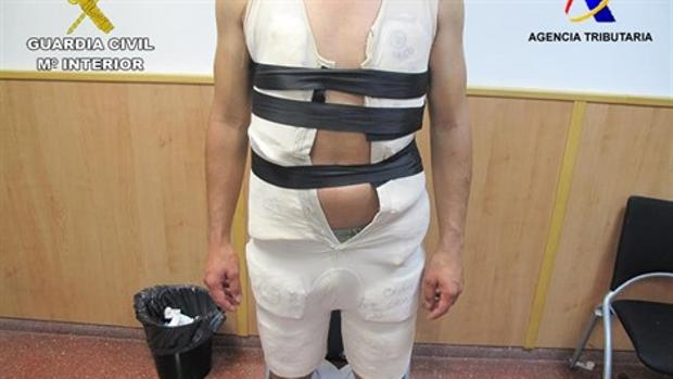 Imagen del traficante con la droga que escondía bajo la faja