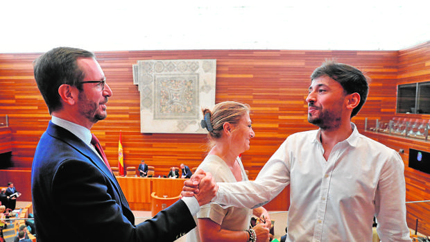 Javier Maroto saluda a Fram Díaz y Teresa López en el pleno de designación de senadores autonómicos
