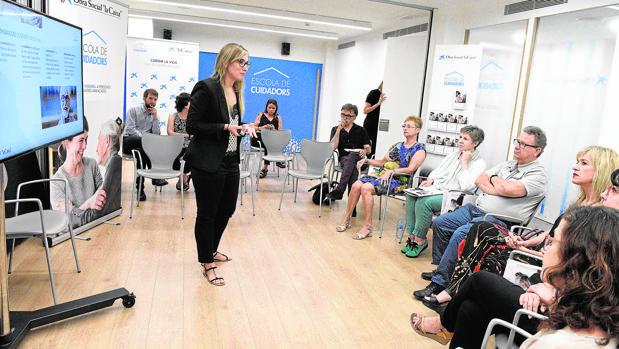 Los asistentes al taller prestan mucha atención a las lecciones y consejos que les dan los profesores en la escuela de cuidadores