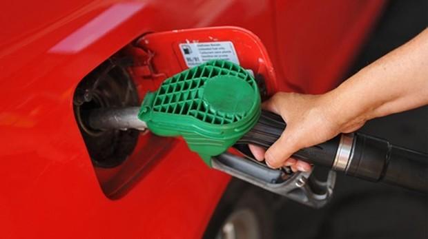 Un usuario respostando carburante en una estación de servicio