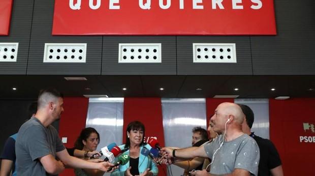 La presidenta de PSOE, Cristina Narbona, realiza declaraciones a los medios de comunicación