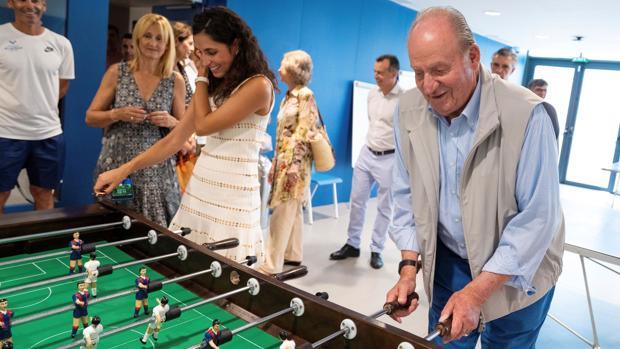 El Rey Don Juan Carlos y Xisca Perelló juegan una partida de futbolín en la Academia de Rafa Nadal en Manacor