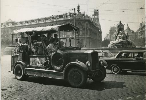 Jóvenes ingleses recorren España en un destartalado «Leyland», en 1963
