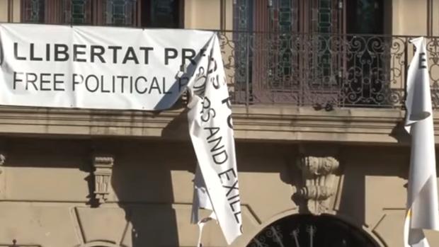 Imagen de la pancarta rota en la fachada del Ayuntamiento de Lérida