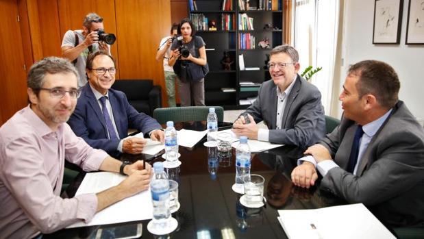 Ximo Puig en una reunión con Manuel Illueca (derecha) y el actual conseller de Hacienda, Vicent Soler