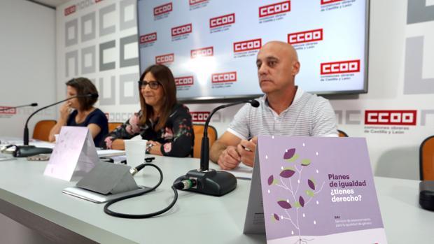 La responsable de la Secretaría de Mujer y Políticas de Igualdad de CCOO en Castilla y León, Yolanda Martín (C); el secretario de Acción Sindical de CCOO en la Comunidad, Fernando Fraile; y la técnica de la Secretaría de la Mujer y Políticas de Igualdad del sindicato, Elena Pinilla
