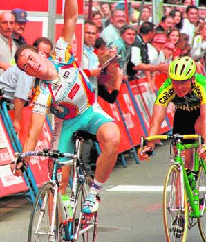 Manuel Sanroma, con el maillot del Fuenlabrada, en una de las dos etapas de la Vuelta a Asturias que ganó un mes antes de fallecer