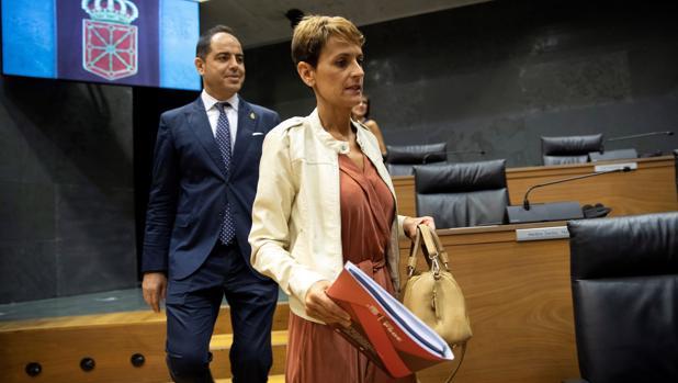 La secretaria general del PSN-PSOE, María Civite, acompañada de Ramón Alzórriz, a su llegada este jueves al Parlamento de Navarra en el primer acto de su investidura como presidenta del Gobierno Foral