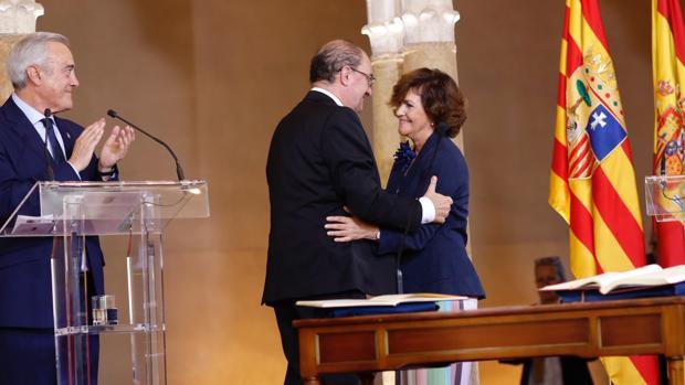 Carmen Calvo felicita a Javier Lambán en presencia del presidente de las Cortes de Aragón, Javier Sada