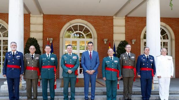 Pedro Sánchez junto con el director adjunto de la Policía Nacional y la Guardia Civil, Lauretino Ceña, y el teniente general de la Guardia Civil Fernando Santaf