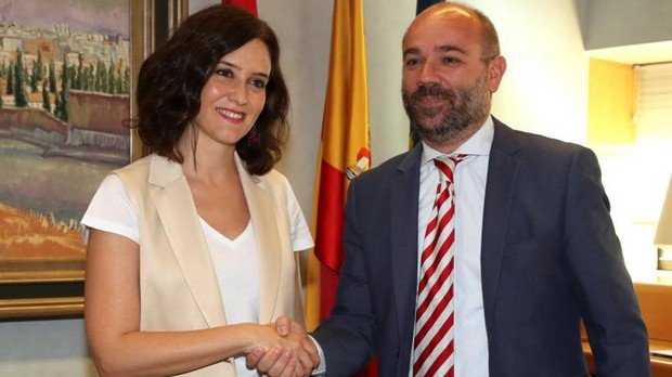 La futura presidenta de la Comunidad de Madrid, Isabel Díaz Ayuso, ayer, saluda al presidente de la Asamblea, Juan Trinidad