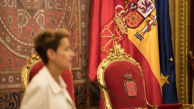 Chivite, difuminada, con la bandera de España detrás