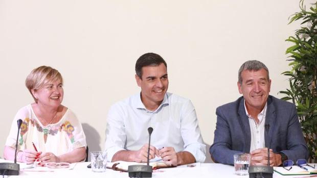 Pedro Sánchez, en el centro, durante la reunión con plataformas contra la despoblación