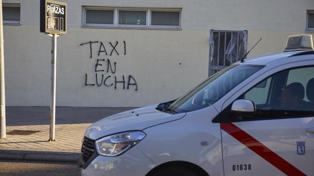 Pintada a favor del taxi en la bolsa de la T4