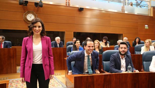 Isabel Díaz Ayuso pasa junto a Ignacio Aguado en la Asamblea de Madrid