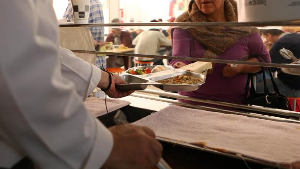 Servicio de mediodía en un comedor social en una imagen de archivo