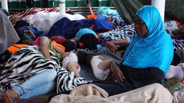 La falta de espacio en el barco es más patente cuando las personas rescatadas se tumban, especialmente por la noche a la hora de dormir