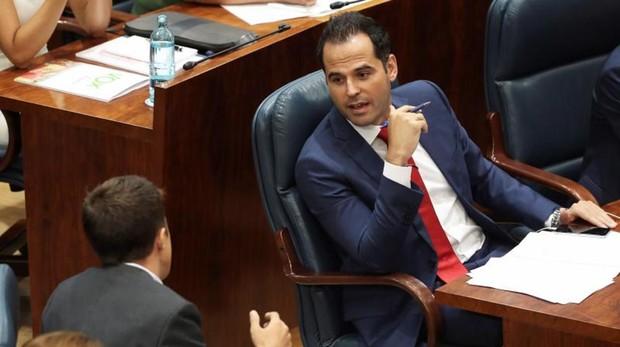 El portavoz de Ciudadanos y futuro vicepresidente del Gobierno, Ignacio Aguado, en su escaño en la Asamblea